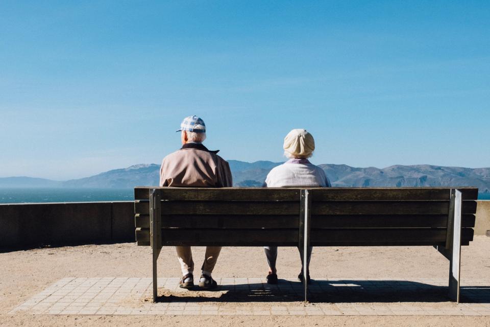 От днес започва изплащането на декемврийските пенсии, съобщава Нова. Над 2 милиона пенсионери ще получат и добавка от 50 лв. към пенсиите си за последния...