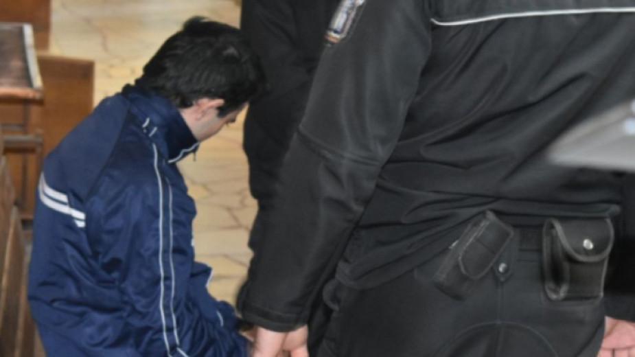 Промяна на присъдата от доживотен затвор без право на замяна само в доживотен затвор поиска от Апелативния съд в Бургас 21-годишният Мартин Трифонов, съобщи...