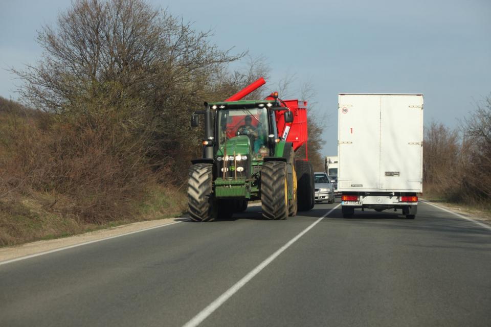 До 5000 лева може да стигне глобата за комбайнерите, които излизат на пътното платно с непочистени от гуми кал. Предупреждение за това е отправено чрез...