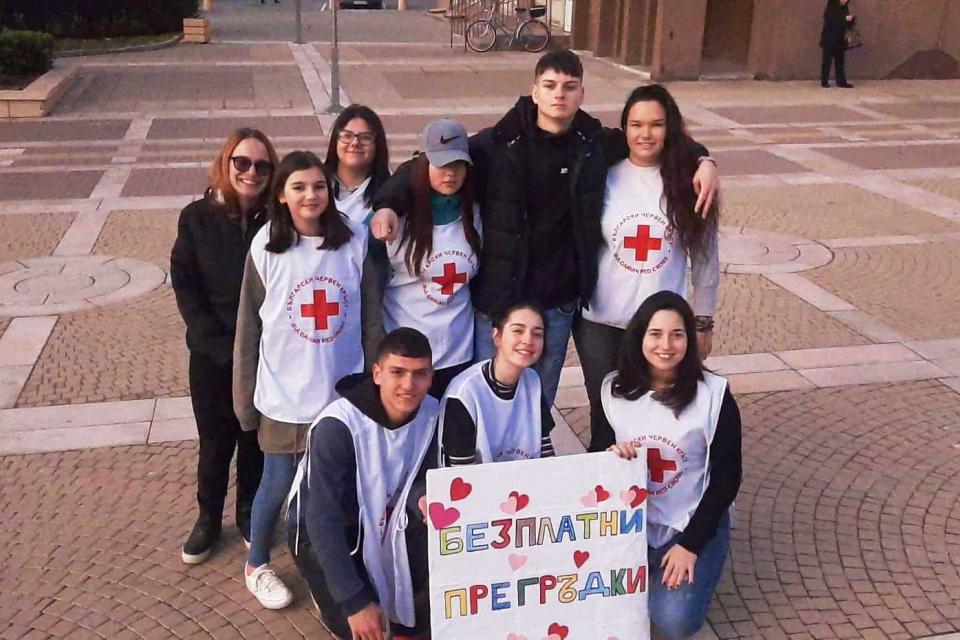 Доброволци от БМЧК-Ямбол отбелязаха Международен ден на прегръдката. Доброволците даряваха прегръдки на граждани, предлагаха им да се снимат за спомен...
