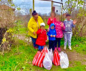 Доброволци на БМЧК - Стралджа зарадваха самотна майка и нейните деца в навечерието на Коледа