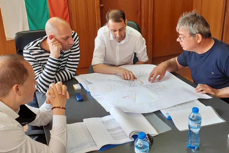 Последната от срещите на областния управител и председател на ВиК Асоциацията Димитър Иванов и управителя на ВиК дружеството инж. Стоян Радев по въпросите...