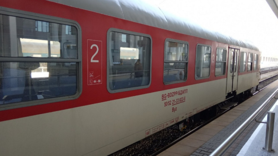 Времето днес оказа лоша услуга и на влаковете. Заради замръзнали стрелки на железния път, нощният влак по направление Бургас-София, престоява в гара Искър....