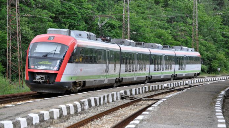 От днес допълнителен нощен влак ще пътува между София и Бургас до края на летния сезон, съобщиха от БДЖ. Композицията ще се движи през Подбалканската...