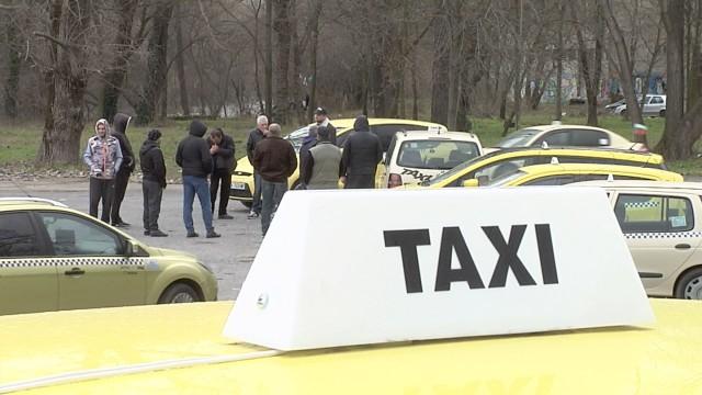 Драстично са намалели клиентите на таксиметровите компании в Ямбол. Много от такситата са се отказали от услугите на централите за поръчки, научи 999 от...
