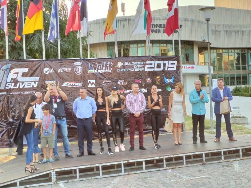 """Сливен е домакин на предпоследния кръг от Дрифт България 2019. Тази вечер на официална церемония на площад """"Хаджи Димитър"""" беше дадено началото на състезанието...."""