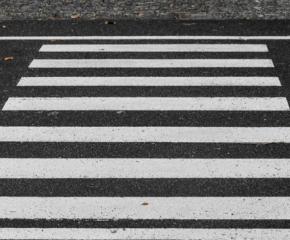 Дрогиран шофьор на междуградски автобус блъсна жена на пешеходна пътека и избяга