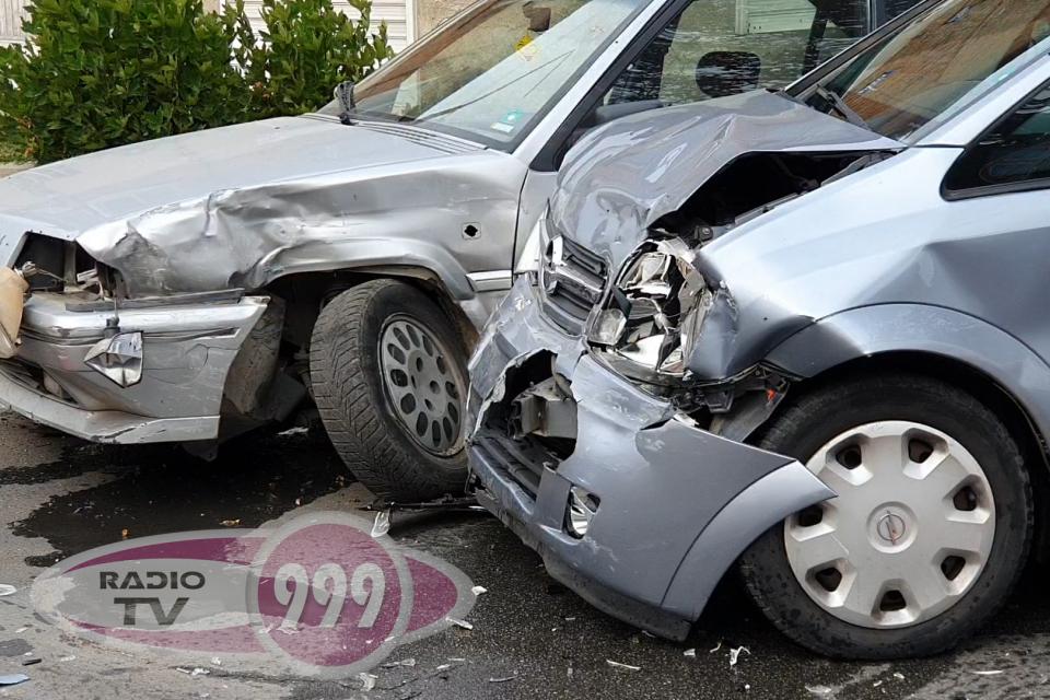 """Малко след 11:00 часа 13 ноември два автомобила се удариха на ул. """"Дружба"""" в Ямбол. Катастрофата е станала на пресечката с ул. """"Дъбилино"""". При сблъсъка..."""