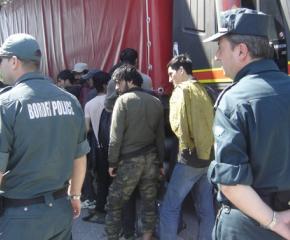 Два микробуса с нелегални мигранти задържаха в Любимец и Свиленград