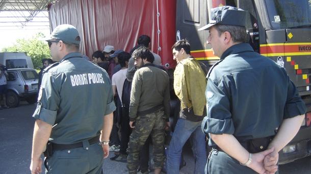 Два микробуса с нелегани мигранти, управлявани от мъже от Любимец, са задържани при специализирана акция късно снощи. В автомобилите са се укривали над...