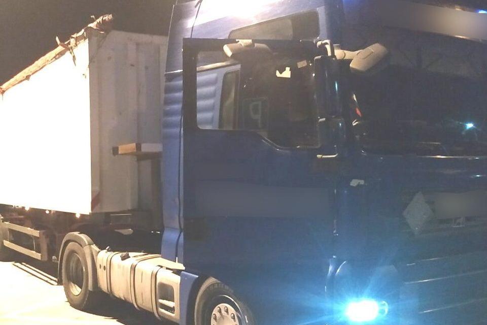 Двама българи са задържани в Гърция, заради нелегален внос на бензин, съобщават местните медии. Товарният камион, с който са пътували двамата, е бил спрян...