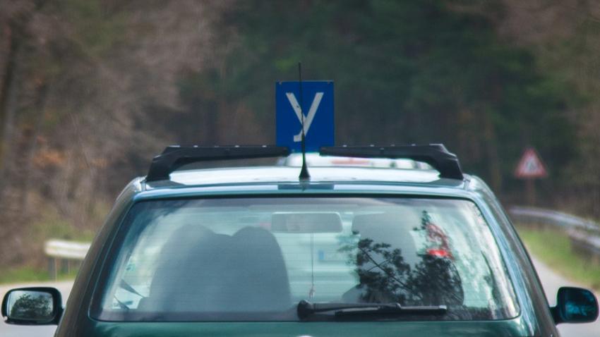 До четирима души, сред които двама изпитвани, ще бъдат допускани в учебните зали в Ямбол, в които се провеждат теоретични изпити за водачи на моторни превозни...