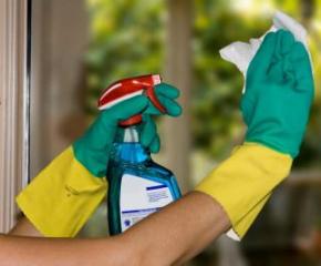 Двайсет доброволци дезинфекцират входни врати и домофони на жилищни сгради в Сливен