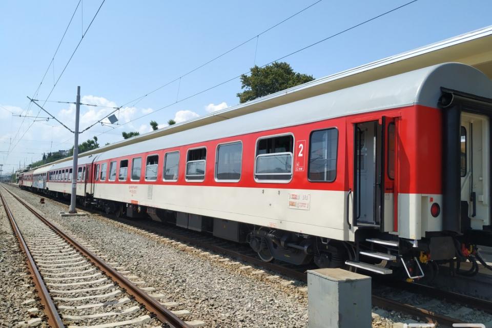 Две 19-годишни момичета са пострадали след като вандали са замеряли с камъни влак в района на пловдивската гара разпределителна, съобщиха от БДЖ. Счупено...