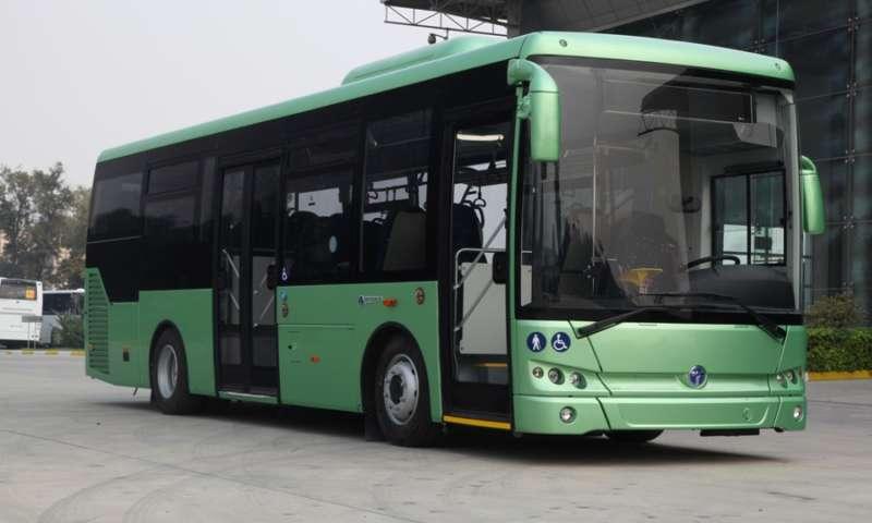 """55-годишен водач на автобус от масовия градски транспорт от Каварна, при потегляне от спирка,блъска л.а """"Фолксваген"""",който извършва маневра за завой..."""