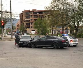 Две жени зад волана удариха автомобилите си на кръстовище в Сливен (снимки)