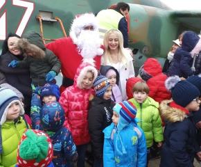 Дядо Коледа каца на авиобаза Безмер на Игнажден
