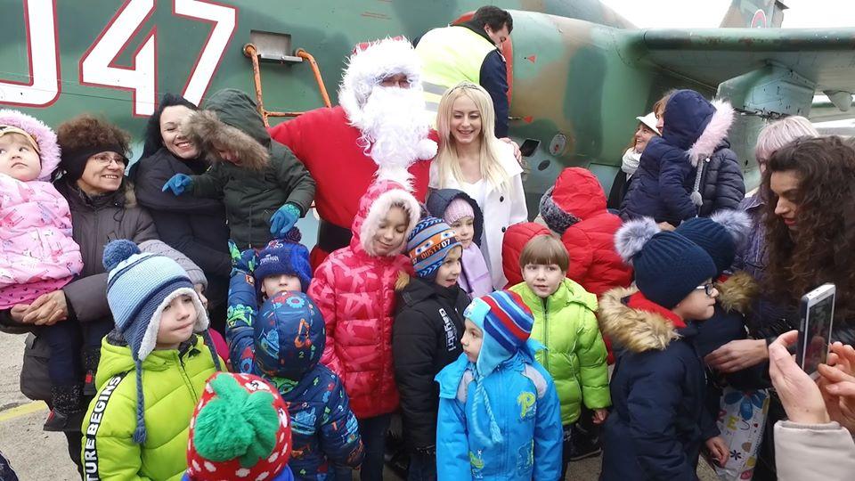 """Дядо Коледа и Снежанка ще пристигнат в авиобаза """"Безмер"""" край Ямбол. Дългоочакваните гости се очаква да пристигнат на летище Безмер със самолет Су-25 по..."""