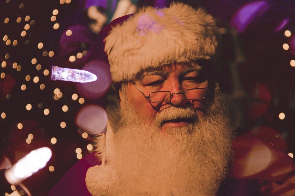 Снабдени с всички необходими предпазни средства - маски, ръкавици и дезинфектанти - Дядо Коледа и еленският му впряг пътува от Лапландия и се очаква тази...