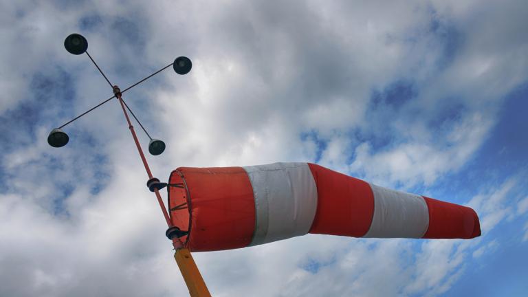Поривистият вятър в Сливен е достигнал 100 км/ч. На различни места в града има паднали дървета, пречупени клони, а огради на строителни обекти са отнесени....