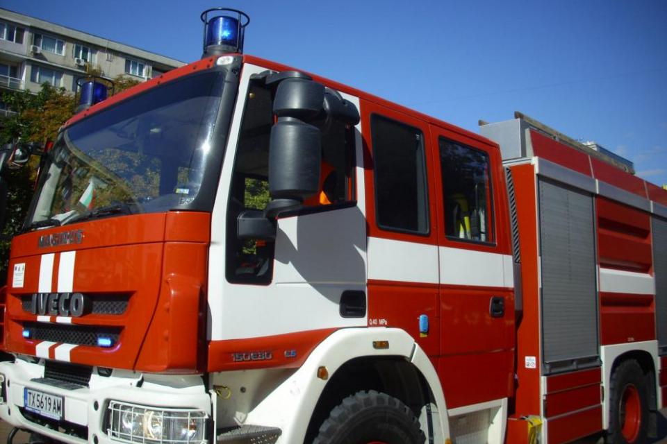 Заради пламнал матрак спешно евакуираха децата от ЦНСТ-Сливен Мъж 57 години пострада, а друг - на 78 години, е загинал при пожари в домовете им вчера,...
