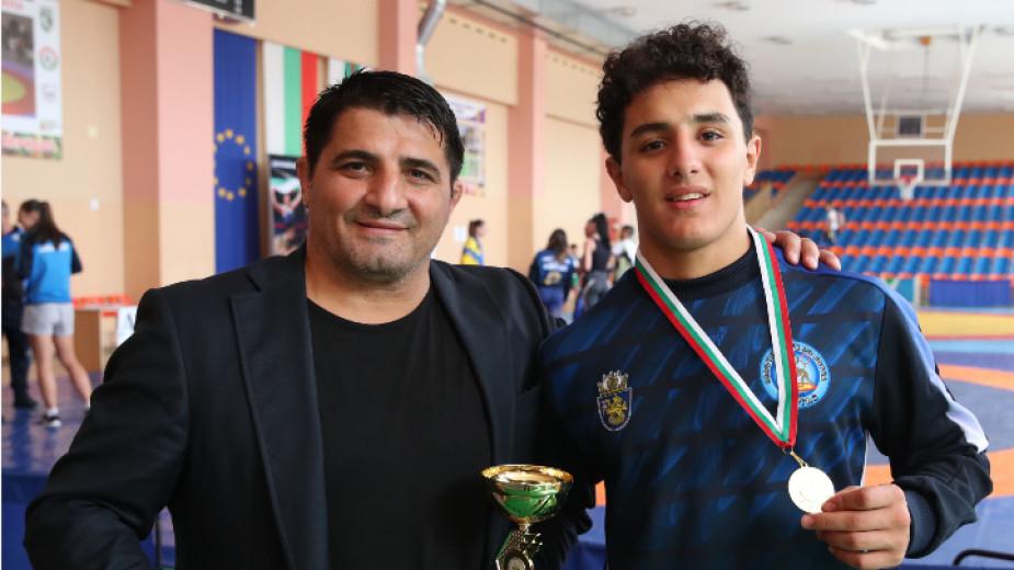 Едмонд Назарян получи купата за най-техничен състезател на държавния личен-отборен шампионат по борба за юноши в Сливен, съобщава БНР. 18-годишният талант...