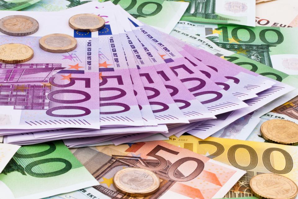 Европейската комисия планира започването на консултации за преминаване към европейска минимална заплата, която да се равнява на 60% от средната работна...