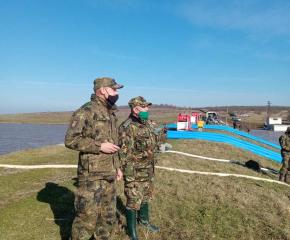 Екип военнослужещи от Ямбол трети ден помагат на населението в района на наводнението в Димчево