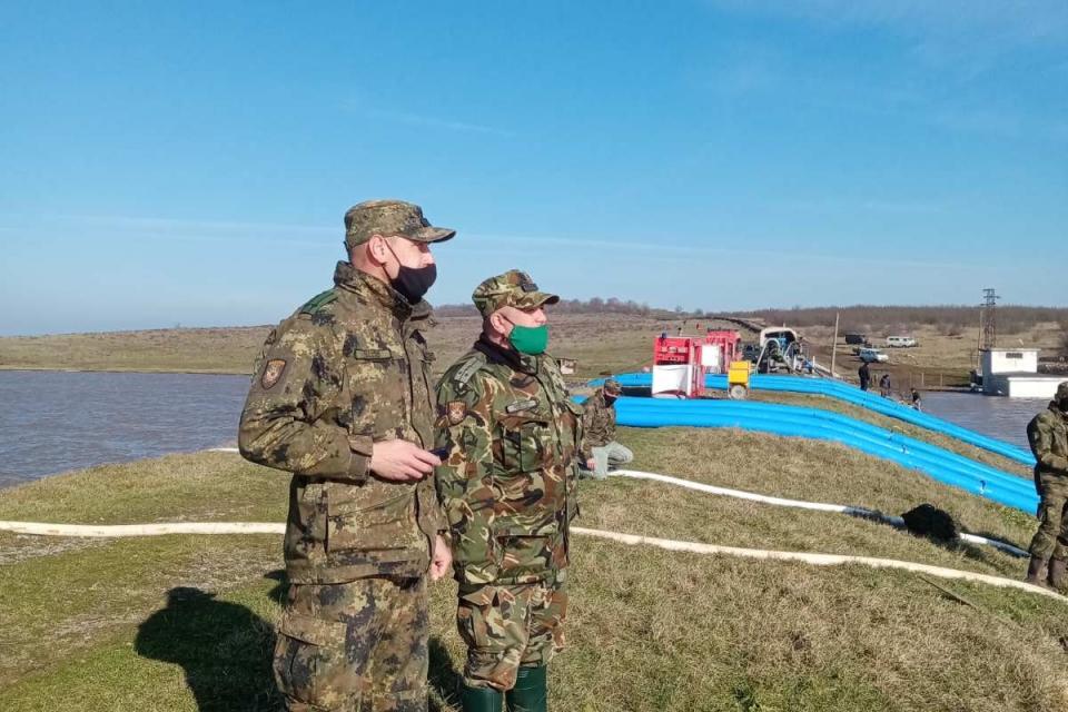 Военнослужещи от батальона в Ямбол помагат за преодоляване на последствията от наводнението в района на село Димчево, област Бургас. Формированиe от 42...