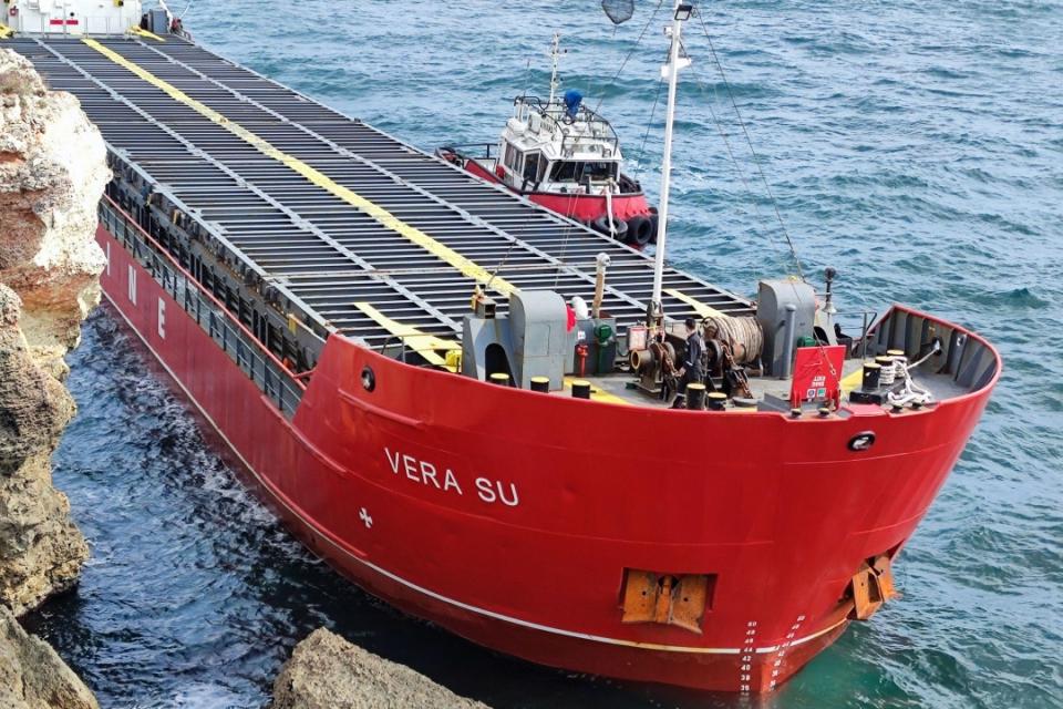 """Екипажът на заседналия край местността Яйлата товарен кораб """"Вера Су"""" днес ще бъде свален на сушата и разпитан от следовател от Окръжната прокуратура в..."""