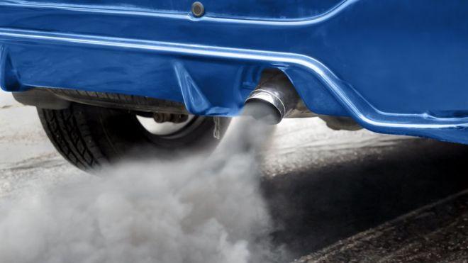 Стикер с чип на предното стъкло на автомобила, показващ степента, по която той замърсява околната среда, ще бъде лепен от април догодина, съобщава днес...