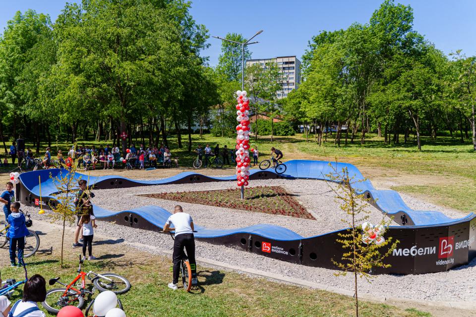 В Градския парк на Ямбол, един от най-големите в България, беше открита първата пъмп-трак писта от този вид в страната. В слънчевия майски ден се събраха...