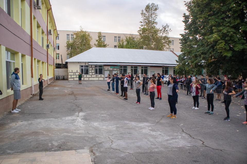 """В началото на седмицата започна инициативата """"Играй гимнастика, бъди здрав"""" на Община Ямбол за провеждането на 10-минутни физически упражнения сред децата..."""