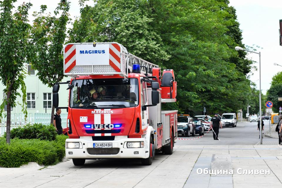 Учебна тренировка за евакуация при случай на пожарсе проведе днес всеверната сграда на Община Сливен. Беше тествана готовността за действие при възникване...
