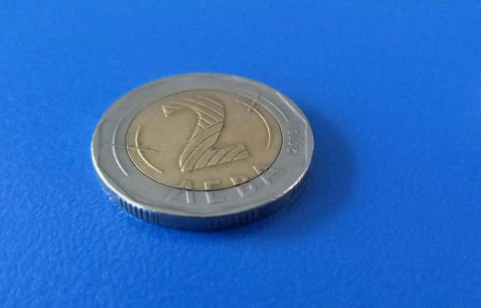 Фалшива монета от 2 лева се появи втърговската мрежа в Бургас. Ментето получила клиентка в магазин за хранителни стоки. Жената установила, че двулевката...