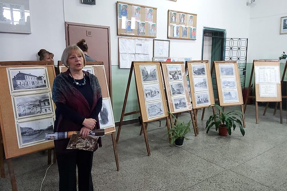 """Фотоизложбата """"Памет, паметници, град"""" на Регионален исторически музей-Ямбол беше открита днес в Спортното училище """"Пиер дьо Кубертен"""". Чрез нея учениците..."""
