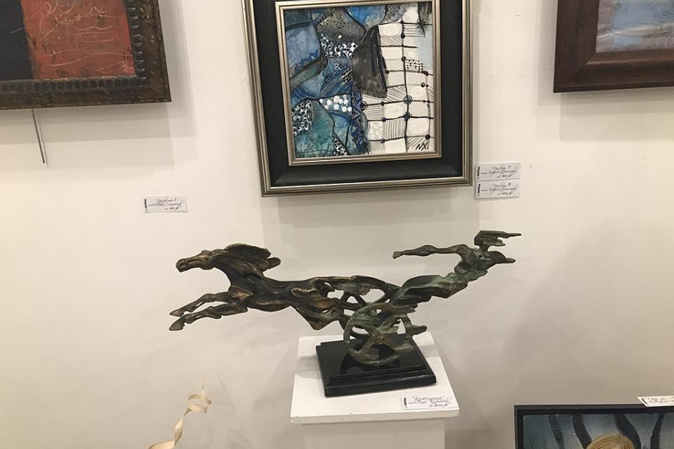 """Тазгодишният Есенен салон, вече 10-ти по ред, беше открит в галерия """"Стойчев"""" вчера, 10 октомври 1019 г. Представени са 40 автори – 35 с живопис или графика..."""