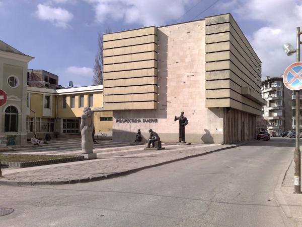 """От днес, 14 май, Художествена галерия """"Жорж Папазов"""" - Ямбол отваря врати за единични посещения. Посетителите в залите трябва да носят задължително маски..."""