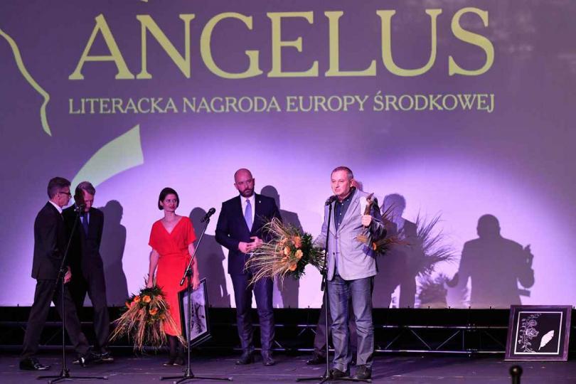 """Роденият в Ямбол писател Георги Господинов спечели една от най-големите европейски награди за литература - """"Ангелус"""". На церемония снощи във Вроцлав романът..."""