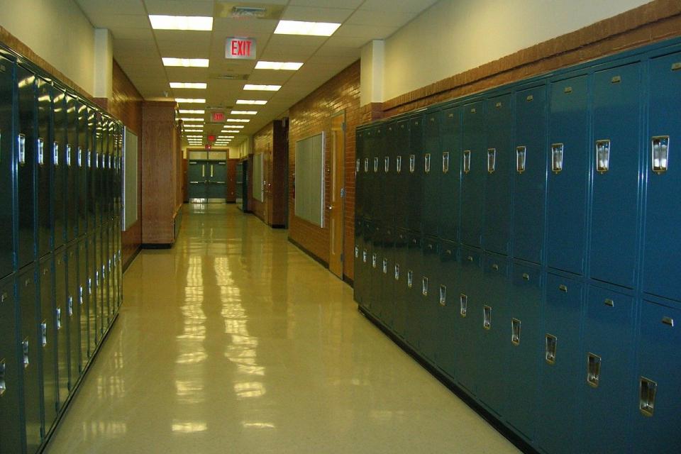 Учениците от 5-ти до 12-ти клас от днес се връщат в класните стаи. Техните училища ще бъдат затворени отново в случай, че в съответната административна...