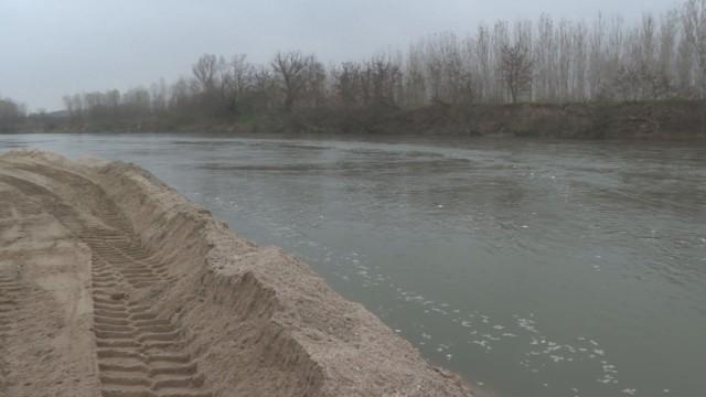 Фирмата, която извършва почистването на наноси от коритото на река Марица в участъка източно под шосейния мост на пътя Пловдив-Стара Загора в землището...
