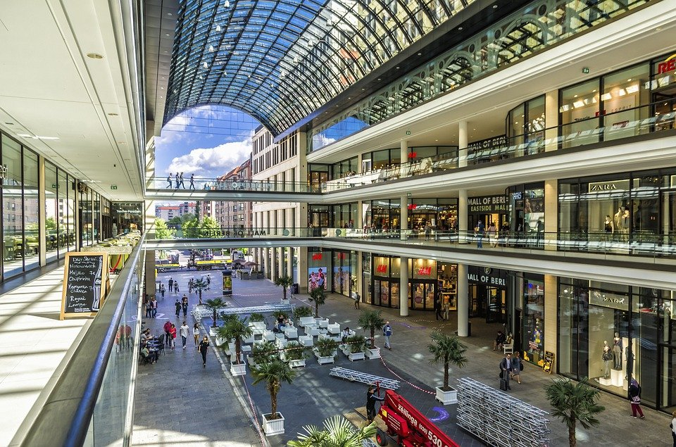 От днес разхлабват мерките в страната. Големите търговски центрове отново отварят врати, но при спазването на строги правила. Работното време ще е намалено...