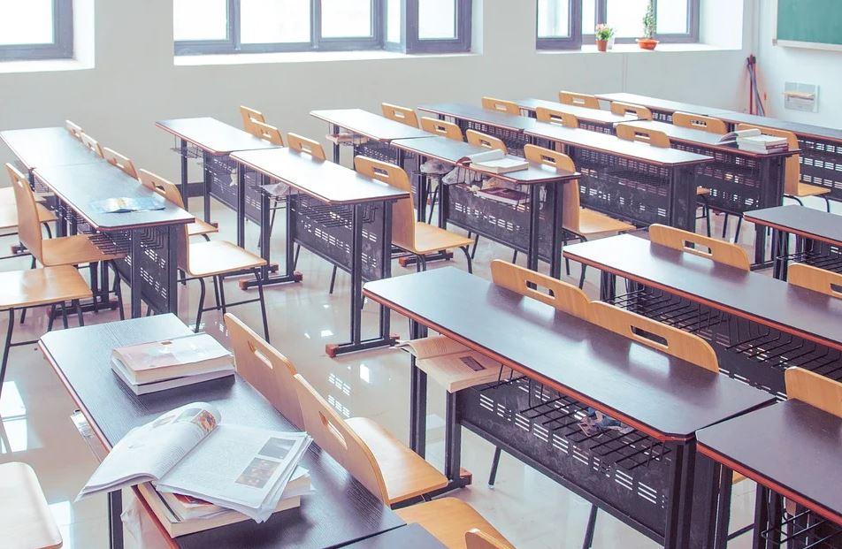 Големите ученици се връщат присъствено в училище, но при определен график. От днес в класните стаи влизат 7, 8 и 12 клас, за период от две седмици, след...