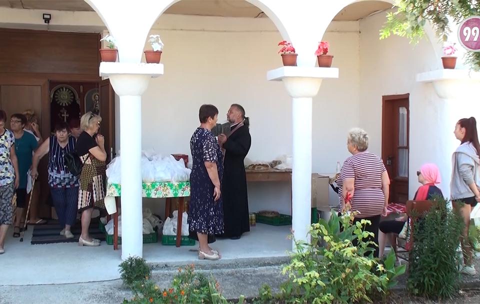 На Голяма Богородица тунджанското село Ханово празнува. Стотици жители и гости на селото се събраха на площада. Поводът – освещаването на обновения храм...