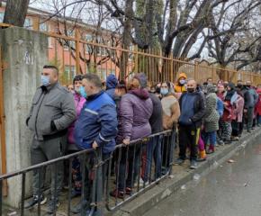 Голямо струпване на хора пред 6-то училище в Сливен