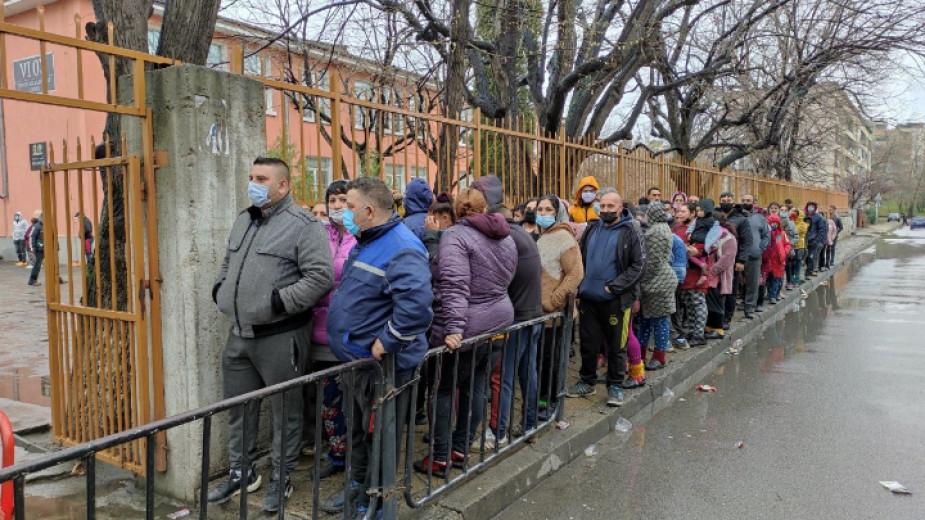 """Голямо ступване на хора има на улицата пред 6-то училище, в което гласуват ромите от квартал """"Надежда"""" в Сливен. Това съобщават от БНР. До секциите се..."""