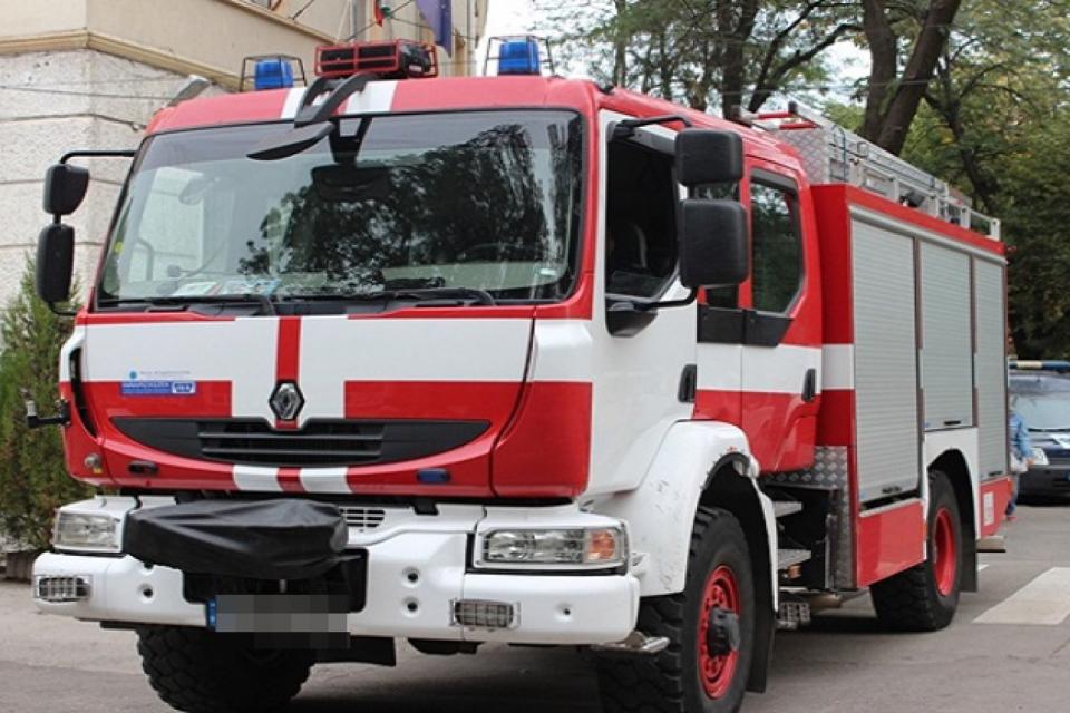 """44-годишен мъж пострада при пожар в автомобил по пътя между елховските села Раздел и Голям Дервент, съобщават от Главна дирекция """"Пожарна безопасност и..."""