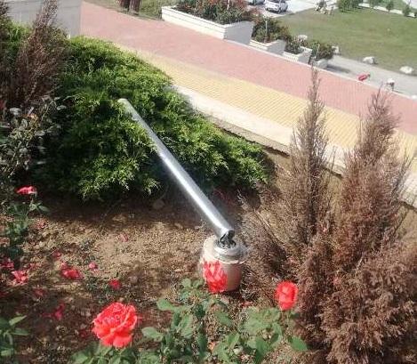 """Груб вандалски акт в парк """"Юнак"""", до новостроящата се църква Вандали потрошиха пейки и изкъртиха плочки на хълма в парк """"Юнак"""" в Сливен, около новостроящата..."""