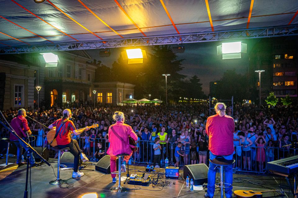 Хиляди почитатели на българската музика изпълниха пространството пред Община Ямбол, за да видят и чуят обичаните от поколения българи рок музиканти от...