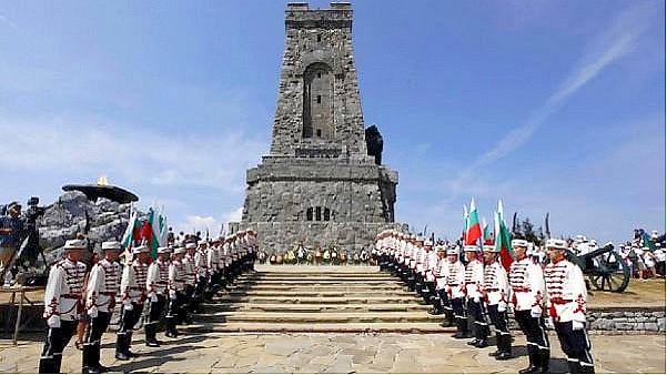 Хиляди родолюбци от страната се събраха днес пред Паметника на свободата на връх Шипка, за да отбележат 144-годишнината от епичните боеве за защитата на...